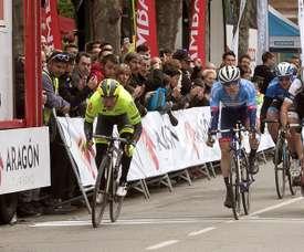 El francés Justin Jules (i) del equipo belga Wallonie, entra en primer lugar en la meta de la localidad zaragozana de Calatayud, donde hoy ha finalizado la primera etapa de la Vuelta Ciclista a Aragón. EFE