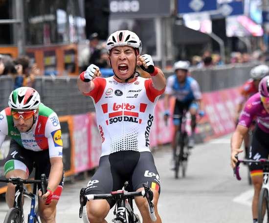El australiano Caleb Ewan (Lotto Soudal) volvió a levantar, dos años después, los brazos en señal de victoria en el Giro de ItaliaEFE/EPA
