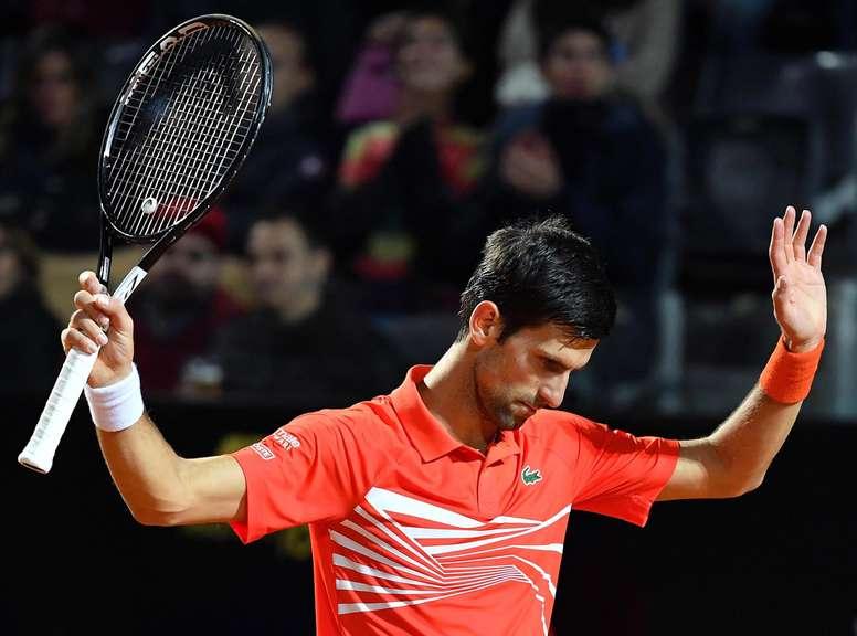 El tenista serbio Novak Djokovic reacciona tras conseguir un punto ante el argentino Diego Schwartzman en Roma, Italia. EFE/EPA