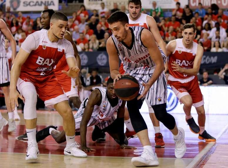 El escolta de Montakit Fuenlabrada, Marc Garcia (d), con el balón ante el jugador danés del Baxi Manresa, Gabriel Lundber, durante el partido de la liga ACB que han disputado en el pabellón Nou Congost. EFE