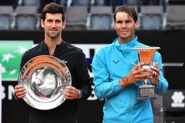 Los tenistas Rafael Nadal (d), con el trofeo de campeón, y el serbio Novak Djokovic, segundo, en Roma. EFE/EPA