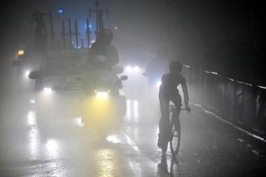 El ciclista italaino Valerio Conti (d), del equipo UAE Team Emirates, en acción en la crono con final en San Marino, , Italia. EFE/EPA