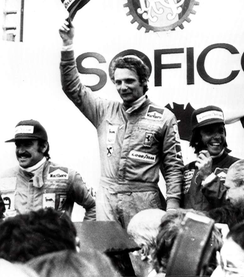 Fotografía de archivo realizada el 28 de abril de 1974 que muestra a los entonces pilotos de Fórmula Uno Clay Regazzoni (i), Niki Lauda (c) y Emerson Fitipaldi en el podio del Gran Premio de España celebrado en el Jarama. EFE/Archivo