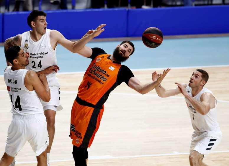 El pívot montenegrino del Valencia Basket, Bojan Dubljevic (c), ante los jugadores del Real Madrid, durante el partido aplazado de la penúltima jornada de la fase regular de la Liga ACB disputado en el WiZink Center de Madrid. EFE
