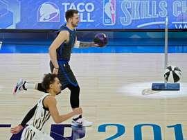 En la imagen, el alero esloveno Luka Doncic (arriba), de los Mavericks de Dallas, y el base Trae Young (abajo), de los Hawks de Atlanta. EFE/Archivo