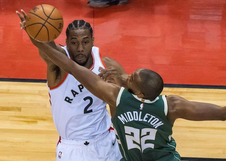 Kawhi Leonard (i) de Toronto Raptors en acción ante Khris Middleton (d) de Milwaukee Bucks, durante el cuarto juego por las Finales de la Conferencia Este de la NBA, entre los Toronto Raptors y Milwaukee Bucks, este martes, en el Scotiabank Arena de Toronto (Canadá). EFE