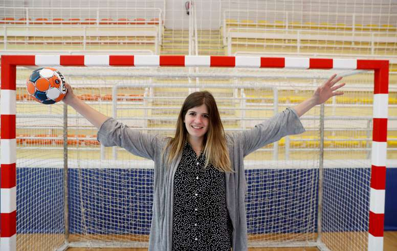 Maite Zugarrondo, una de las tres porteras del Super Amara Bera Bera, equipo puntero del balonmano femenino español, ha decidido abandonar el deporte de élite para cuidar de sus dos sobrinas de 4 y 6 años, sobre las que ha recibido la custodia, ante la imposibilidad de conciliar ambas facetas de su vida. EFE