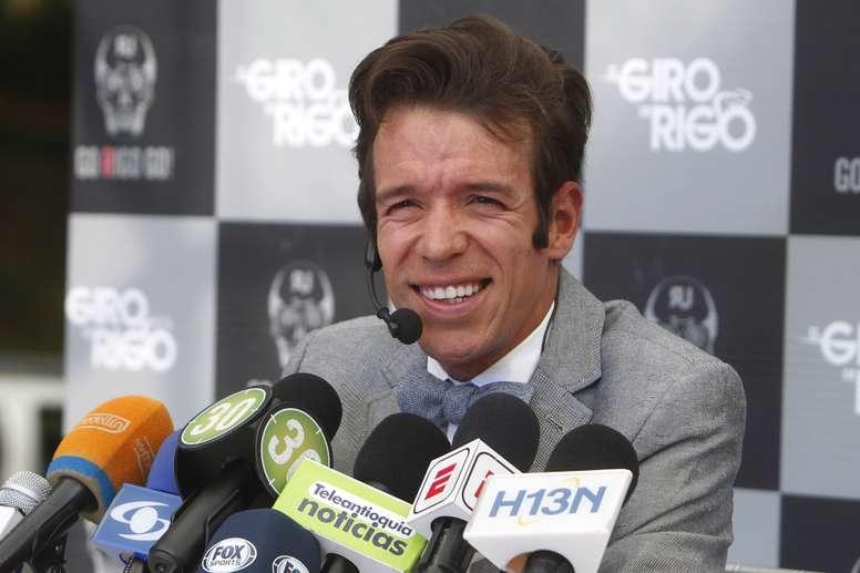 El ciclista colombiano Rigoberto Urán habla durante una rueda de prensa por la inauguración de la primera tienda de su marca de ropa deportiva Go Rigo Go este miércoles, en Medellín (Colombia) . EFE