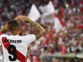 Jogador peruano Paolo Guerrero já marcou três vezes em jogo contra a Bolívia. EFE/Archivo