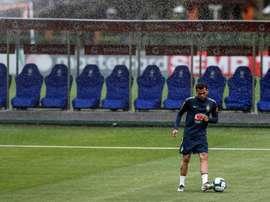 Dani Alves define Vidal e Alexis. EFE