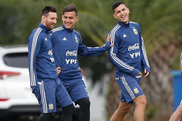 Paulo Dybala with Lionel Messi and Leandro Paredes. EFE