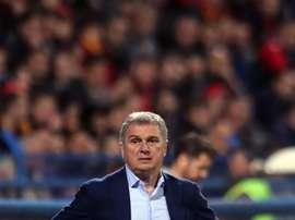 A Tumbakovic le costó el puesto su decisión de no dirigir ante Kosovo. EFE
