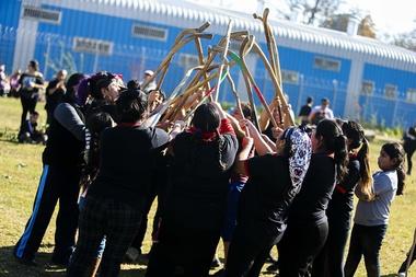 Mujeres de diferentes comunidades mapuches de la región Metropolitana de Santiago disputan este domingo un torneo de palín, en Santiago (Chile). EFE