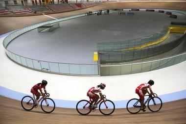 Ciclistas participan en una exhibición de carrera este lunes, durante la ceremonia de entrega del velódromo de la Villa Deportiva Nacional (Videna), en Lima (Perú). EFE