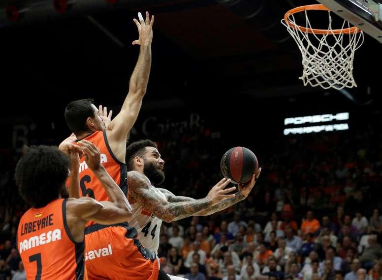 El alero sueco del Real Madrid, Jeffery Taylor (d), entra a canasta ante los jugadores del Valencia Basket, Alberto Abalde (c) y el francés Louis Labeyrie, durante el tercer partido del playoff de semifinales de la Liga Endesa que se ha disputado en la Fuente de San Luis, en Valencia. EFE