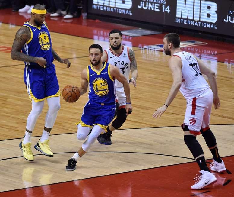 Los Golden State Warriors guardan a Stephen Curry (c) en acción contra los Toronto Raptors en el juego de baloncesto de las finales de la NBA entre los Golden State Warriors y los Toronto Raptors en el Scotiabank Arena en Toronto, Canadá, el 10 de junio de 2019. EFE
