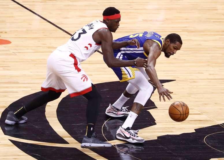 El jugador de los Golden State Warriors Kevin Durant (d) en acción contra Pascal Siakam (i), de los Toronto Raptors, en el juego de baloncesto de las finales de la NBA entre los Golden State Warriors y los Toronto Raptors en el Scotiabank Arena en Toronto, Canadá. EFE
