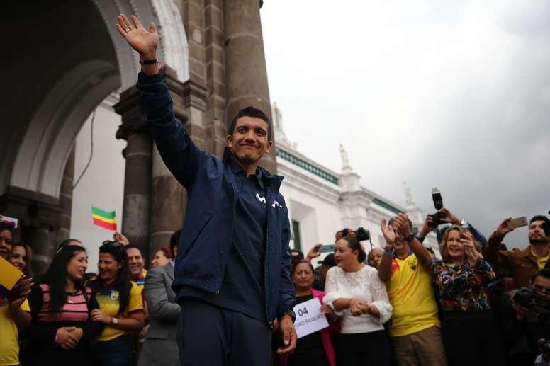 El ciclista ecuatoriano Richard Carapaz, ganador del Giro de Italia, saluda este martes a decenas de seguidores en la Plaza Grande de Quito (Ecuador). EFE