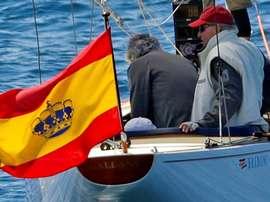 El rey Juan Carlos (d) navega abordo del Bribón, de seis metros de eslora, esta tarde en aguas de Sanxenxo, donde mañana se espera su presencia en la regata del club. El monarca, que recientemente ha renunciado la vida pública, frecuenta las rías gallegas, lugar privilegiado para practicar vela. EFE