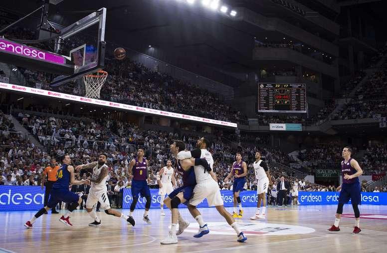 El escolta estadounidense del FC Barcelona Kyle Kuric (i) lucha con el sueco Jeffery Taylor (2i), del Real Madrid, durante el primer partido de la final de la Liga ACB que se jugó en el Palacio de los Deportes, en Madrid. EFE