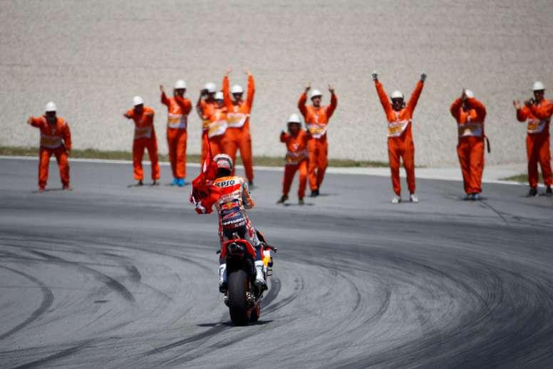 El piloto español de MotoGP, Marc Márquez, del equipo Repsol Honda, saluda al público tras imponerse en la carrera del Gran Premio de Cataluña de Motociclismo que se ha disputado este domingo en  el Circuito de Barcelona-Cataluña.EFE