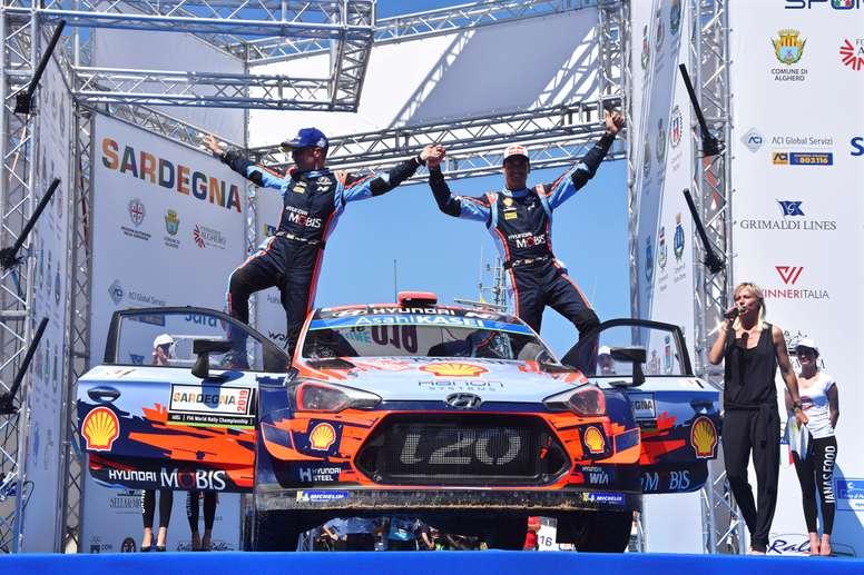 El español Dani Sordo (d) y su copiloto Carlos Del Barrio (I) celebran la victoria en Alghero, Sardegna,Italia. EFE/EPA
