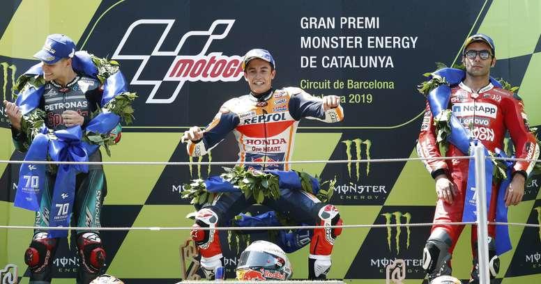 El piloto español de MotoGP ,Marc Márquez, del equipo Repsol Honda, junto al francés, Fabio Quartararo, del Petronas Yamaha, que fue segundo (i) y del italiano Danilo Petrucci de Mission Winnow Ducati, que fue tercero, celebra en el podio su victoria en la carrera del Gran Premio de Cataluña de Motociclismo que se ha disputado este domingo en el Circuito de Barcelona-Cataluña. EFE