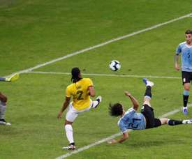 Cavani, con una 'tijera', hizo el más bonito de los cuatro goles. EFE