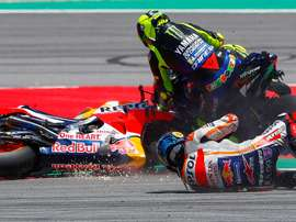 El piloto italiano de MotoGP, Valentino Rossi, del equipo Monster Energy Yamaha (d) y el español , Jorge Lorenzo del Repsol Honda (d) , afectados en una caída múltiple, durante la carrera del Gran Premio de Cataluña de Motociclismo. EFE