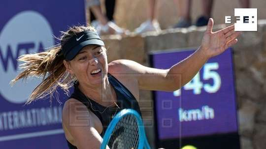 La tenista rusa María Sharapova durante el partido que ha disputado ante la eslovaca Viktoria Ku?mova en el torneo Mallorca Open que se disputa estos días en Santa Ponça. EFE