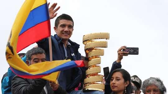 El ciclista ecuatoriano Richard Carapaz (c), campeón del Giro de Italia 2019, saluda durante su recibimiento el pasado miércoles, en Tulcán (Ecuador). EFE