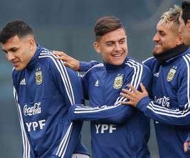 Roberto Pereyra (d) ya está recuperado y podrá jugar ante Paraguay. EFE/Archivo