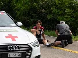 El ciclista británico Geraint Thomas (i), del equipo INEOS, permanece en el suelo tras haber sufrido una caída en la cuarta etapa de la Vuelta a Suiza. EFE