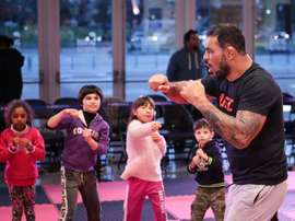 El expeleador brasileño y leyenda de las artes marciales mixtas Rodrigo Minotauro participa este martes en Montevideo (Uruguay), en un entrenamiento de esta disciplina dirigido a niños y jóvenes que hacen parte de proyectos sociales locales y alumnos de más de 30 gimnasios uruguayos. EFE