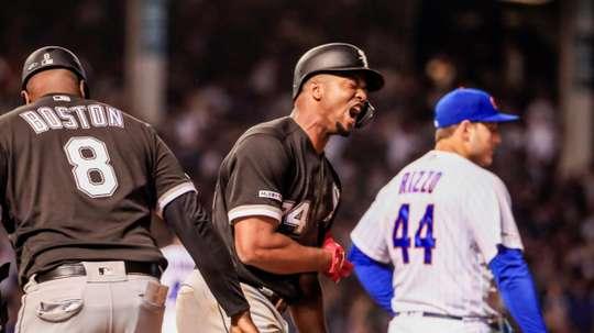 El jardinero izquierdo de los Medias Blancas Eloy Jimenez (C) reacciona después de batear una carrera RBI doble este martes, durante el juego entre los Medias Blancas de Chicago y los Cachorros de Chicago en el Wrigley Field de Chicago, Illinois (Estados Unidos). EFE