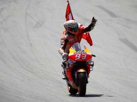 El piloto español de MotoGP, Marc Márquez, del equipo Repsol Honda, saluda al público tras imponerse en la carrera del Gran Premio de Cataluña de Motociclismo en el Circuito de Barcelona-Cataluña, el pasado 16 de junio. EFE
