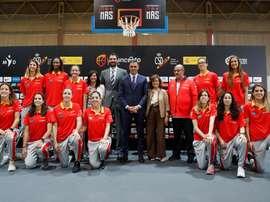 El presidente del Gobierno, Pedro Sánchez, junto a la vicepresidenta del Gobierno, Carmen Calvo, despide a la selección femenina de baloncesto que participará en el EuroBasket despidió aywe a la selección femenina de Baloncesto que participará en el Eurobasket. EFE
