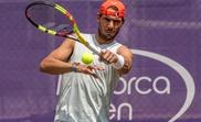 El tenista español Rafael Nadal durante el último entrenamiento de la semana en las pistas de hierba del Mallorca Open con el objetivo de acelerar su puesta a punto para el torneo de Wimbledon. EFE