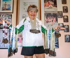 María Eugenia Walls Galindo posa con varias medallas, el 22 de junio de 2019, durante una entrevista con Efe en su casa de Acapulco (México). EFE