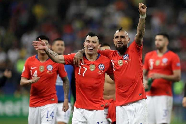 Medel mostró su fidelidad a Chile. EFE
