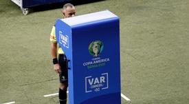 La IFAB se plantea implantar el VAR en 20 Ligas más. EFE