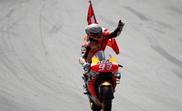 El piloto español de MotoGP, Marc Márquez, del equipo Repsol Honda, saluda al público tras imponerse en la carrera del Gran Premio de Cataluña de Motociclismo que se disputó en el Circuito de Barcelona-Cataluña. EFE/ Alejandro García