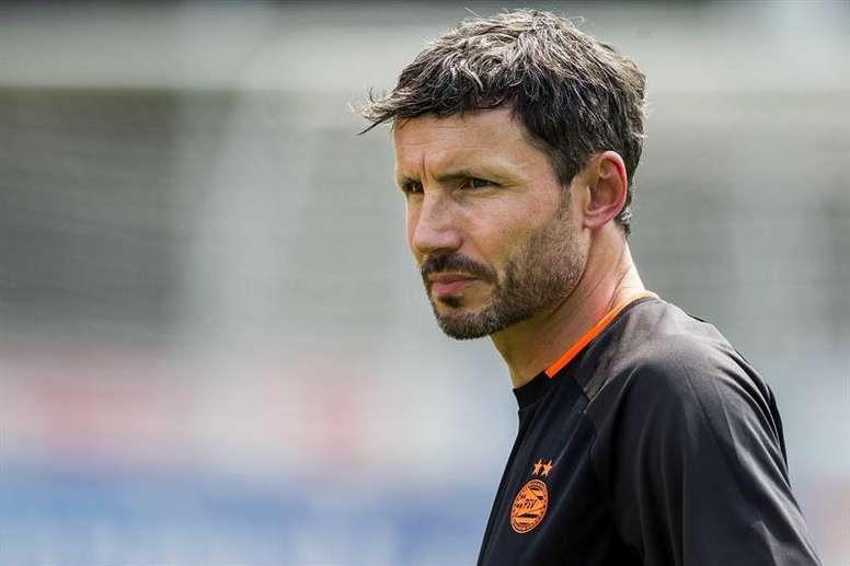 Van Bommel tranquilizó a los fans de Lozano. EFE/VINCENT JANNINK