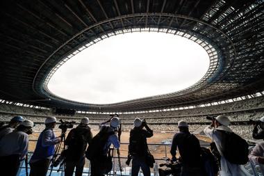 Miembros de los medios de comunicación visitan el interior del nuevo Estadio Nacional, utilizado como el Estadio Olímpico de Tokio 2020, este miércoles, durante una vista previa de prensa en Tokio (Japón). EFE/ Kimimasa Mayama