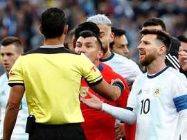 L'arbitre qui expulse Gary Medel et Lionel Messi en Copa América 2019. EFE