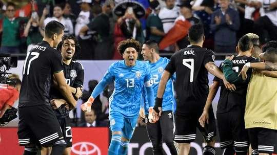 Memo Ochoa, feliz por el título de la Copa Oro. EFE