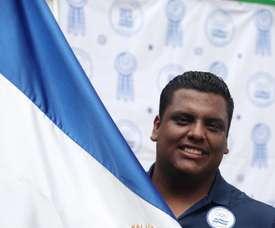 El tirador salvadoreño Roberto Hernández, oro en los Juegos Centroamericanos y del Caribe Barranquilla 2018, posa con la bandera nacional de El Salvador luego de recibirla de parte del Comité Olímpico de El Salvador (COES) este martes, en San Salvador (El Salvador). EFE/ Rodrigo Sura/Archivo