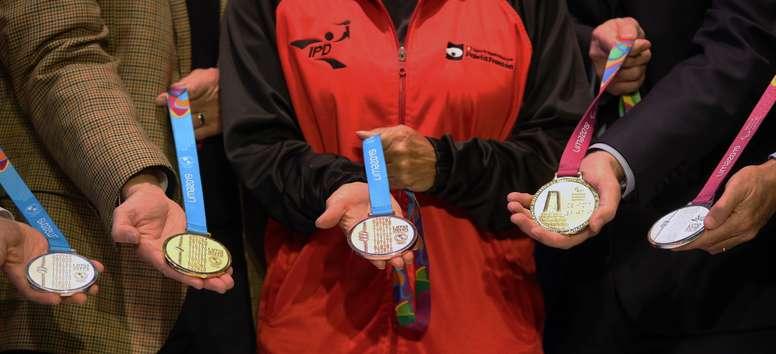 Vista de las medallas de los Juegos Panamericanos y Parapanamericanos 2019 que son presentadas este jueves durante una ceremonia realizada en el local de la Sociedad Nacional de Minería, Petróleo y Energía (SNMPE) de la ciudad de Lima (Perú). EFE/Ernesto Arias