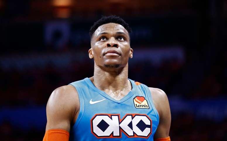 La sorpresa de otro gran traspaso dentro de la NBA surgió esta noche cuando los Rockets de Houston confirmaron a través de su dueño el cierre de la adquisición del base estrella Russell Westbrook, de los Thunder de Oklahoma City, y de inmediato volvieron a ser también candidatos al título de liga. EFE/Archivo