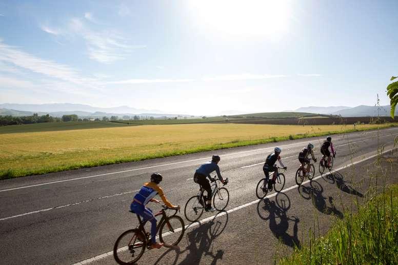 Un grupo de ciclistas pedalea por la carretera de Vitoria a Estella. EFE/ David Aguilar/Archivo